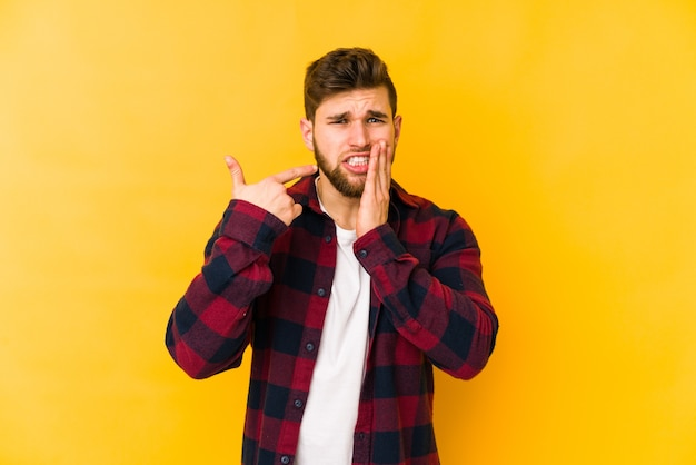 Молодой кавказский человек с сильной зубной болью, молярной болью.