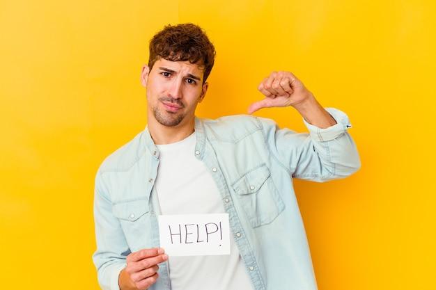 孤立したヘルププラカードを持っている若い白人男性は、誇りと自信を持って、従うべき例を感じます