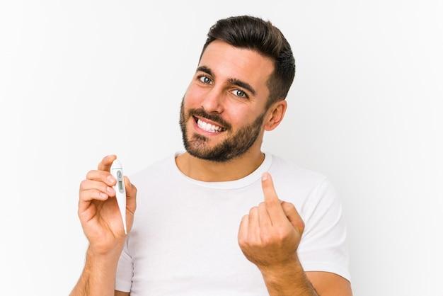 温度計を持った若い白人男性が孤立している若い白人男性が指で指差しを持って、誘うように近づいてくる。