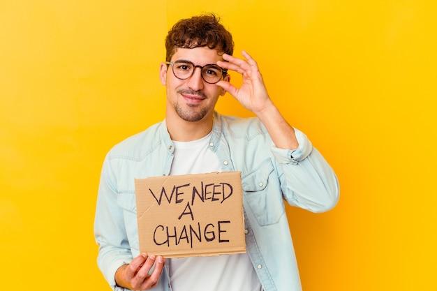 Молодой кавказский человек, держащий в руках, изолированный, взволнованный, желающий изменить, держит в руках жест на глазах.