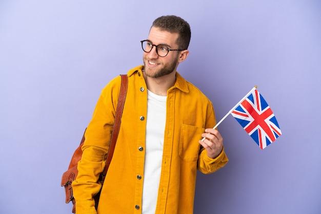 고립 된 영국 국기를 들고 젊은 백인 남자