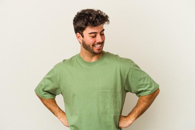 흰색 배경에 고립 된 젊은 백인 남자 엉덩이에 손을 유지 자신감.