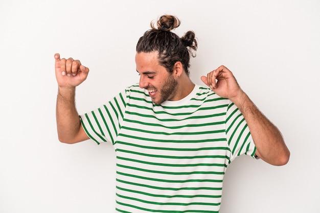 踊って楽しんでいる白い背景で隔離の若い白人男性。