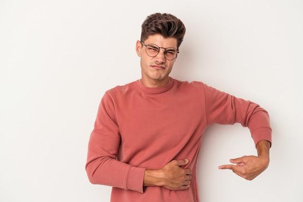 肝臓の痛み、胃の痛みを持っている白い背景で隔離の若い白人男性。