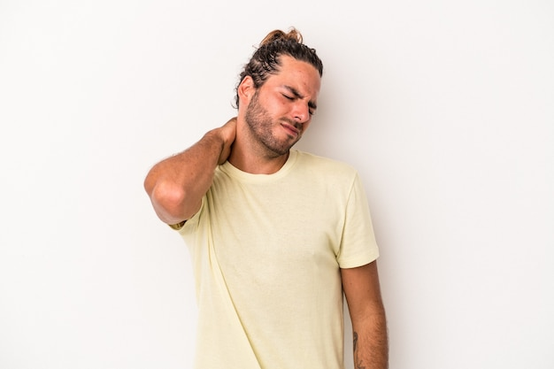 ストレス、マッサージ、手で首の痛みのために首の痛みを持っている白い背景で隔離の若い白人男性。