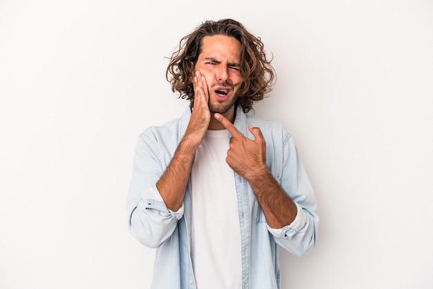 強い歯の痛み、臼歯の痛みを持っている白い背景で隔離の若い白人男性。