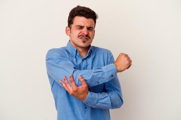 나쁜 움직임 후 고통 팔꿈치 마사지 흰색 배경에 고립 된 젊은 백인 남자.