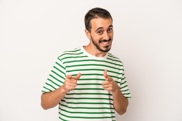 指で正面を指している白い背景で隔離の若い白人男性。