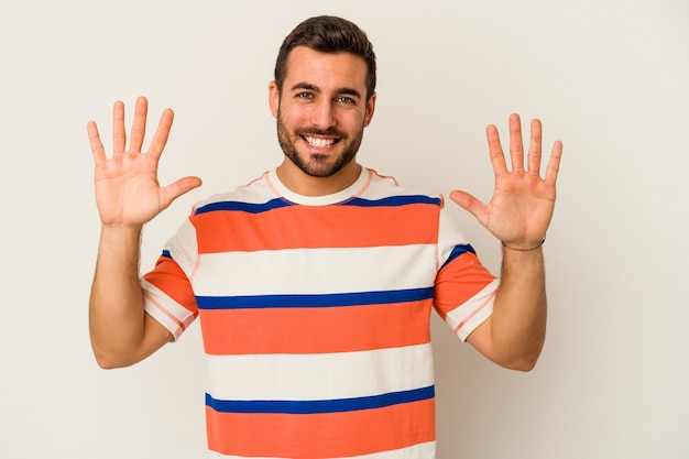 若い白人男性の手で 10 番を示す白い背景に分離されました。