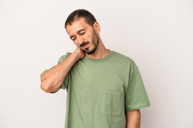座りがちな生活のために首の痛みに苦しんでいる白い背景で隔離の若い白人男性。