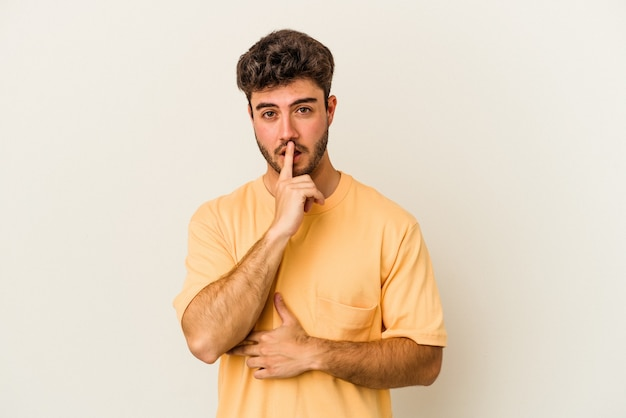 Молодой кавказский человек, изолированные на белом фоне, думает и смотрит вверх, размышляя, созерцая, имея фантазию.