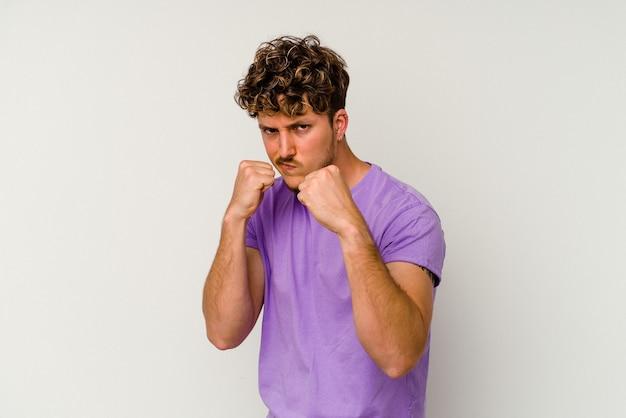 パンチ、怒り、議論のために戦う、ボクシングを投げて白い背景で隔離の若い白人男性。