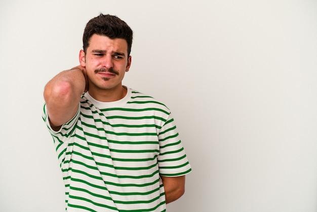 Молодой кавказский человек, изолированные на белом фоне, касаясь затылка, думая и делая выбор.