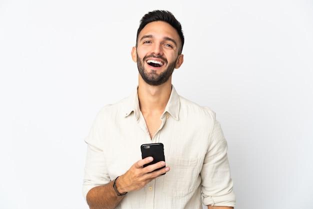 携帯電話を使用して白い背景で隔離の若い白人男性