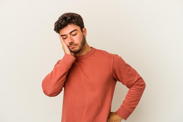 지루하고 피곤하고 긴장 하루가 필요한 흰색 배경에 고립 된 젊은 백인 남자.
