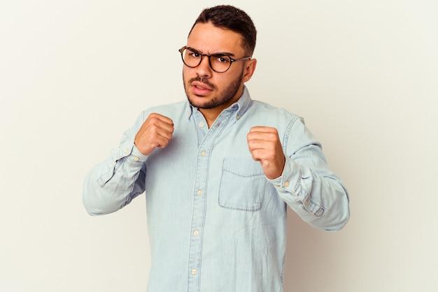 パンチ、怒り、議論のために戦う、ボクシングを投げて白で孤立した若い白人男性。