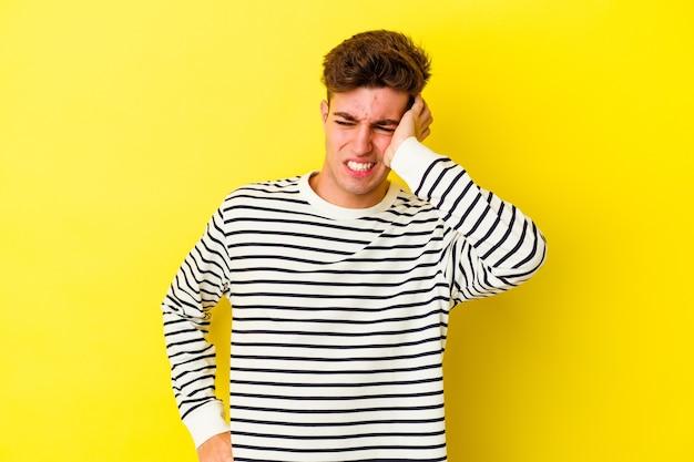 승리, 열정과 열정, 행복한 표정을 축하하는 노란색 벽에 고립 된 젊은 백인 남자