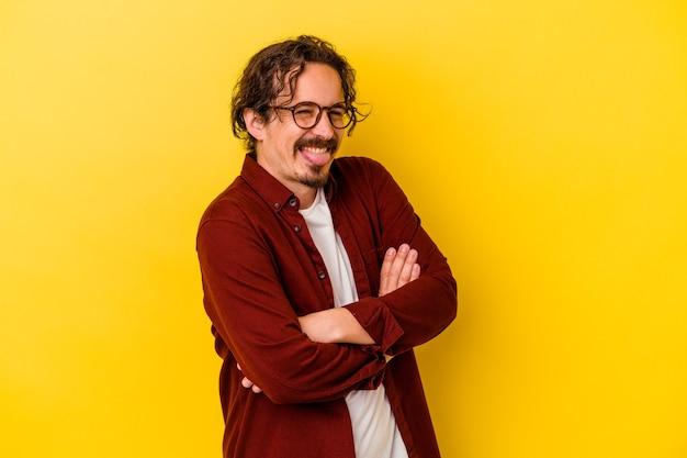노란색 벽 재미 있고 친절한 혀를 튀어 나와에 고립 된 젊은 백인 남자