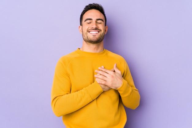 心、幸福の概念に手をつないで笑っている若い白人男性。