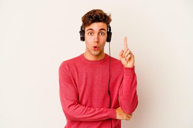 흰색 몇 가지 좋은 아이디어, 창의성의 개념에 음악을 듣고 젊은 백인 남자.