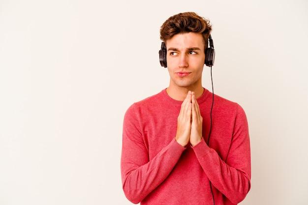 젊은 백인 남자는 아이디어를 설정, 마음에 계획을 만드는 흰색 음악을 듣고.