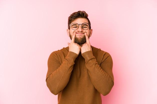Молодой человек кавказской делает фальшивую улыбку