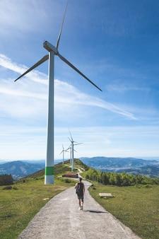オイズ山の頂上にある風車の近くの若い白人男性。バスク。