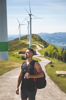 Oiz 산 꼭대기에 풍차 근처 젊은 백인 남자; 바스크 국가.