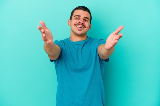 파란색에 젊은 백인 남자는 포옹을주는 자신감을 느낀다