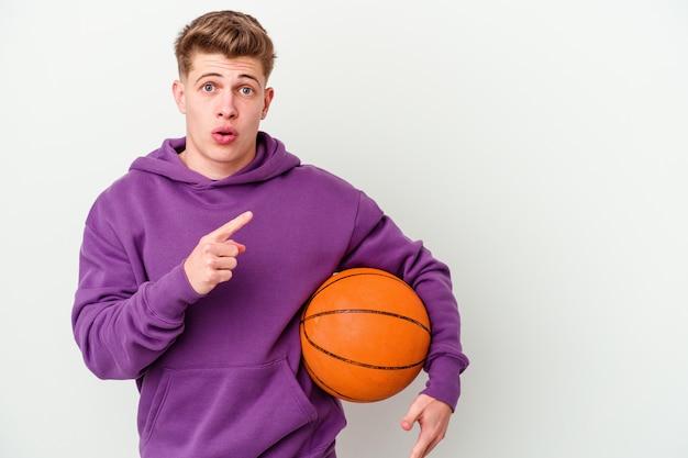 농구 절연 벽 측면을 가리키는 젊은 백인 남자