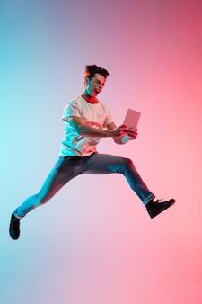 네온 불빛에 그라데이션 블루 핑크에 젊은 백인 남자의 초상화