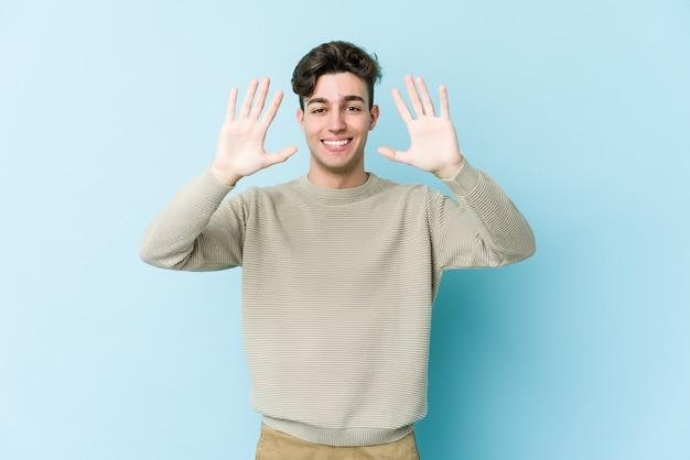手で数10を示す若い白人男性。