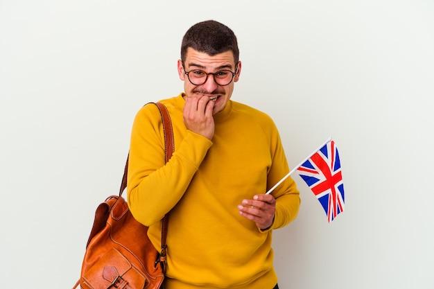 흰색 배경에 손톱, 긴장 하 고 매우 불안을 물고에 고립 된 영어를 공부하는 젊은 백인 남자.