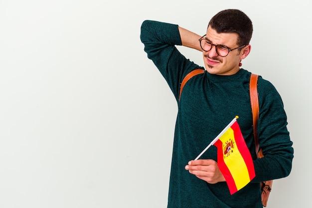 흰색 배경에 머리를 만지고, 생각 하 고 선택에 고립 된 영어를 공부하는 젊은 백인 남자.