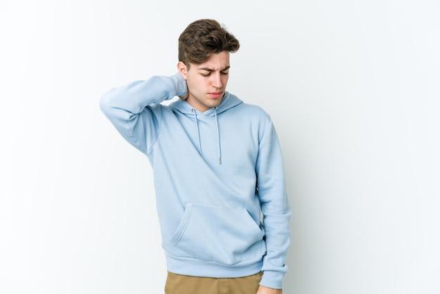座りがちな生活様式のため首の痛みに苦しんでいる若い白人男性。