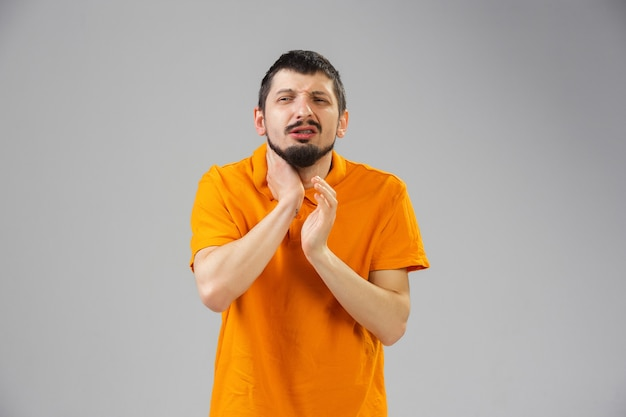 Молодой кавказец страдает от боли в горле