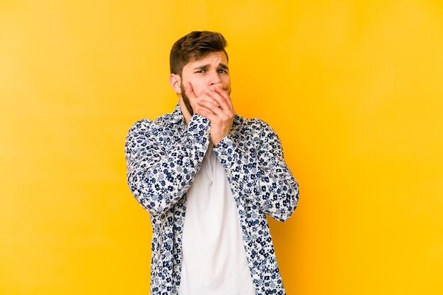 Молодой кавказец страдает болью в горле из-за вируса или инфекции.