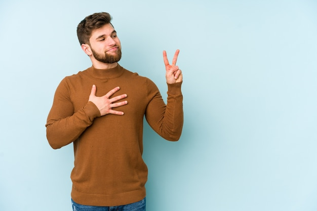 誓いを取って、胸に手を置く若い白人男性。