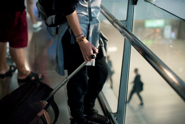 Молодой человек кавказских путешествовать с багажом в аэропорту