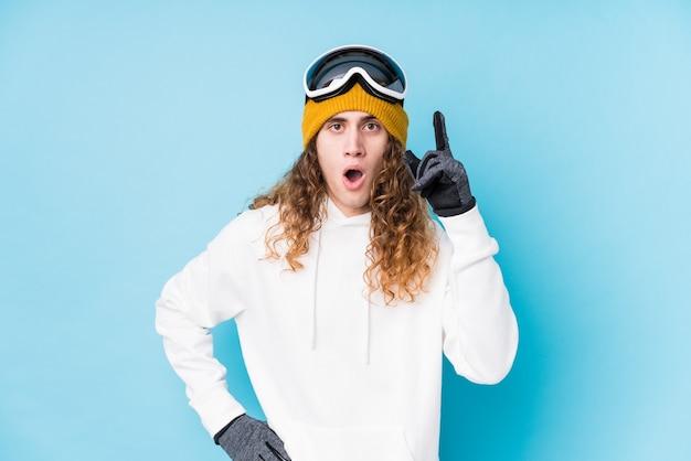 アイデア、インスピレーションのコンセプトを持って孤立したスキー服を着ている若い白人男性。