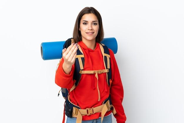 Молодой кавказский альпинист с большим рюкзаком