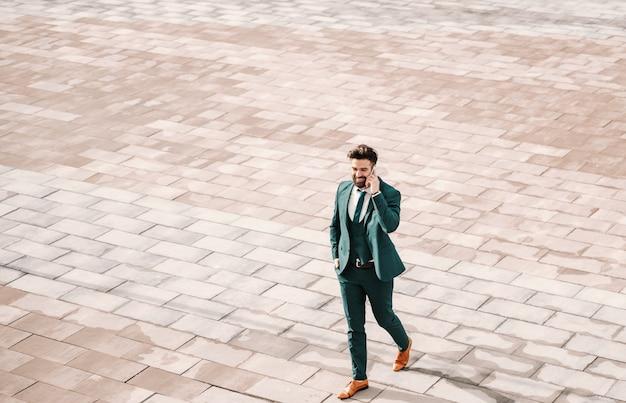 若い白人の視点通りを歩いて、スマートフォンを使用してフォーマルな服装で白人実業家。成功は決して失敗することではありませんが、落ちるたびに上昇します。