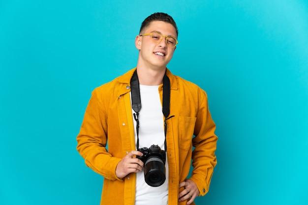 Молодой кавказский фотограф человек изолирован