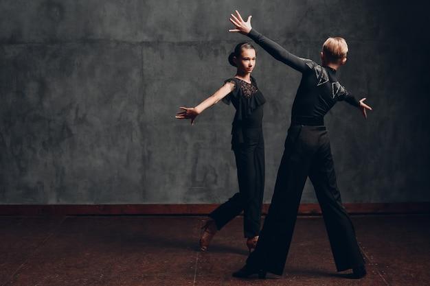 볼룸 paso doble에서 춤을 추는 젊은 백인 전문 댄서.