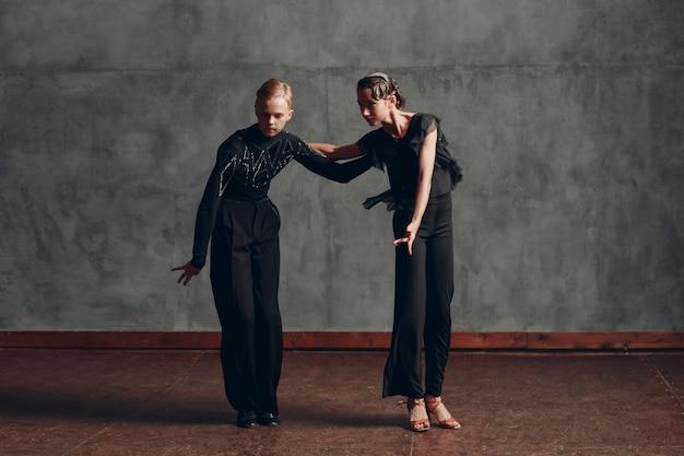 社交パソドブレで踊る若い白人のプロのダンサー。