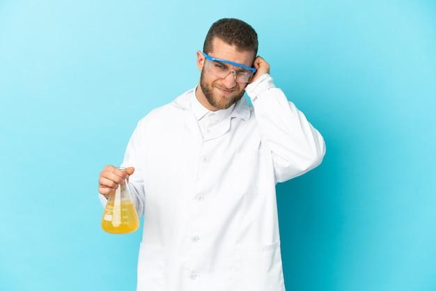 欲求不満と耳を覆っている青い壁に孤立した若い白人科学者