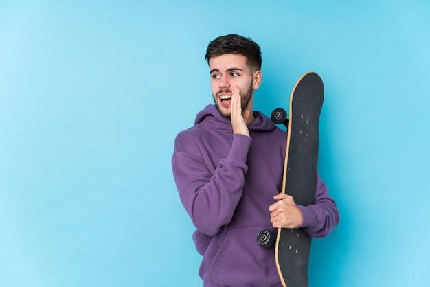 고립 된 젊은 백인 스케이팅 남자는 비밀 핫 제동 뉴스를 말하고 옆으로 찾고