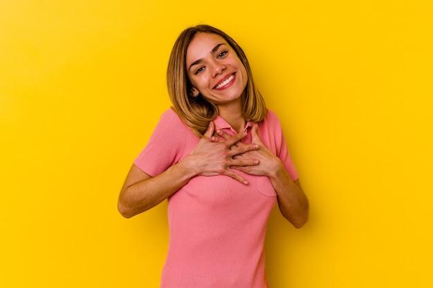 젊은 백인 마른 여자는 가슴에 손바닥을 눌러 친근한 표정을 가지고 있습니다. 사랑 개념.