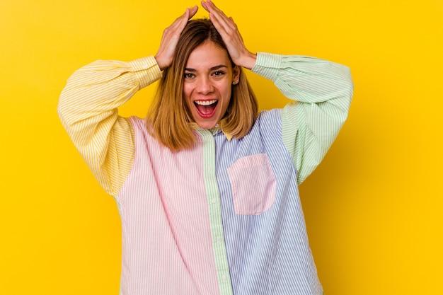 노란색 벽 비명, 매우 흥분, 열정, 뭔가에 만족에 고립 된 젊은 백인 마른 여자.
