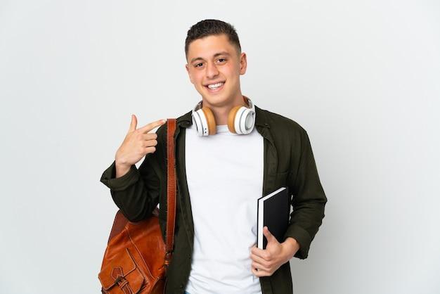 親指を立てるジェスチャーを与える白い背景で隔離の若い白人学生男性